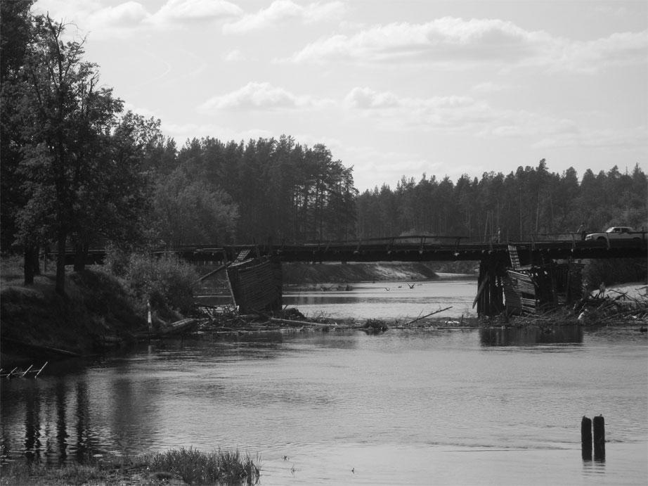 Мост через реку Лух. Застрявшая машина.