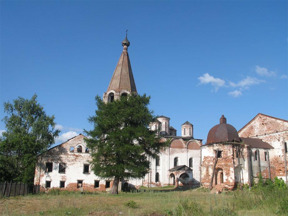 Вид монастыря.Дерево.