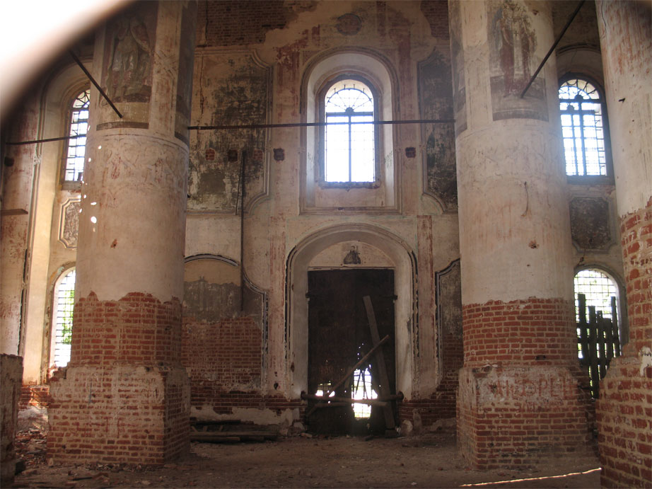Внутри Успенского собора. Сквозь отверстие в дверях.