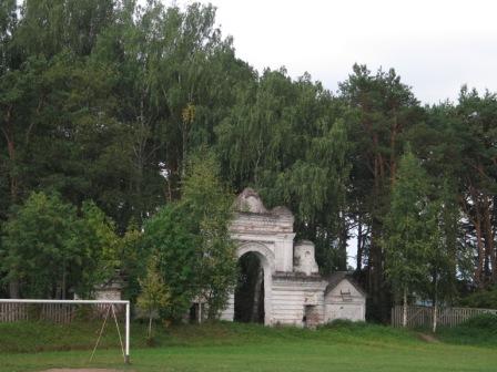 Кологрив. Ворота старинного кладбища. Теперь здесь парк.