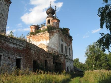 Заброшенная церковь в селе Новденское.